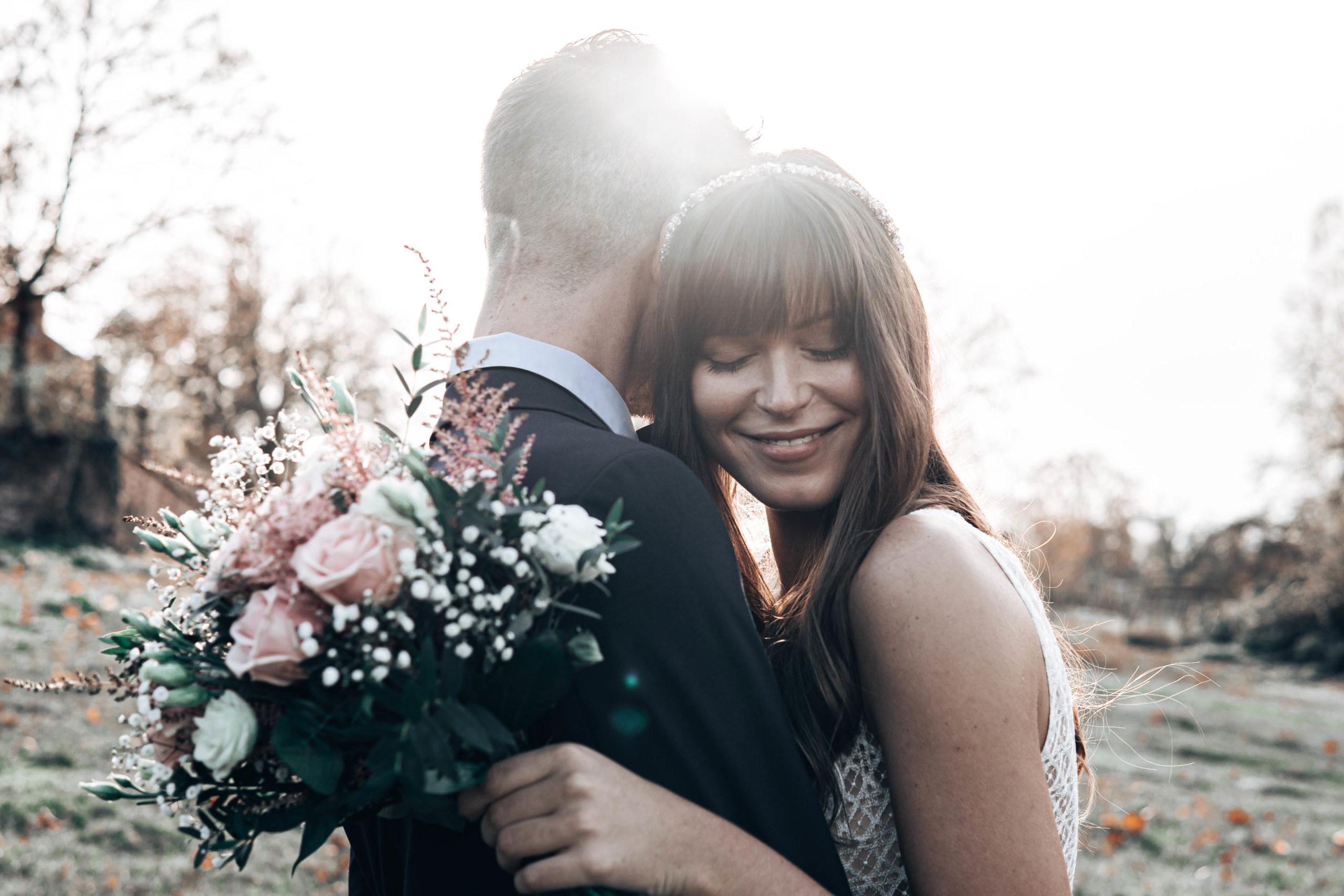Verliebtes Hochzeitspaar mit Blumenstrauß