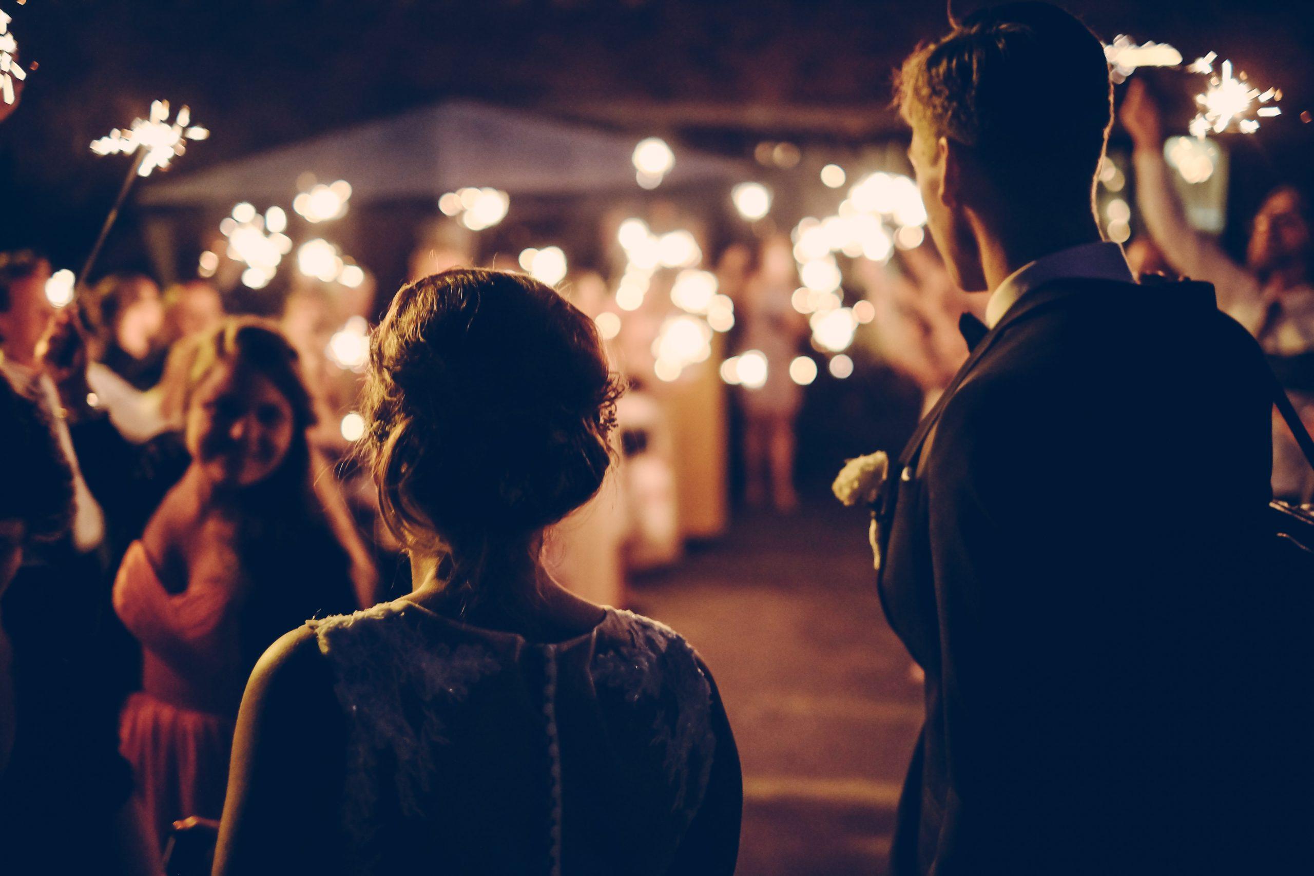 Hochzeitspaar Empfang Abends mit Lichtern