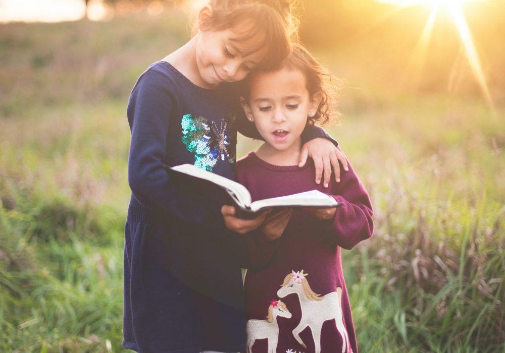 Zwei Mädchen lesen Buch